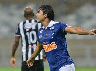 Marcelo Moreno comemora gol do Cruzeiro diante do Tupi