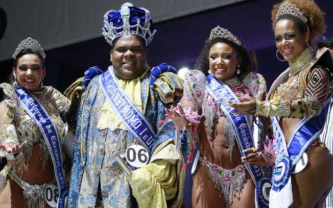 Evelyn Bastos e Milton Júnior, os novos Rei Momo e Rainha do Carnaval 2013, entre as Princesas do Carnaval