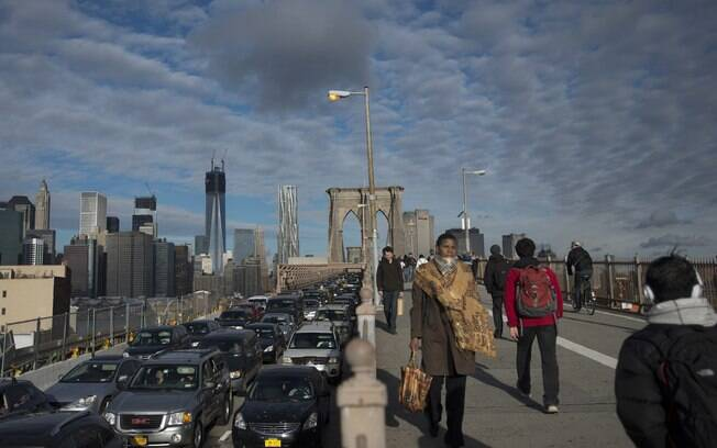 Moradores de Nova York cruzam a Brooklyn Bridge (31/10)