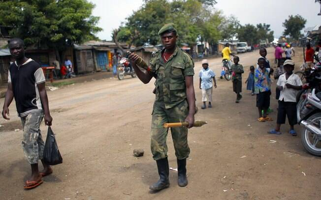 Soldado do grupo M23 é visto na cidade de Rubare, no Estado de Kivu do Norte, região disputada entre rebeldes e exército do Congo (18/11)