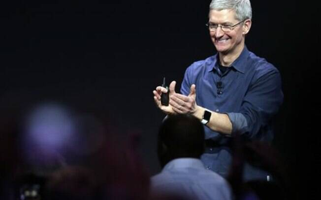 Com Apple Watch no pulso, Tim Cook agradece aplausos em evento do iPhone 6