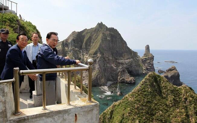 O presidente da Coreia do Sul, Lee Myung-bak, visita as Ilhas Dokdo, disputadas com o Japão, que as chamam de Takeshima (10/8)