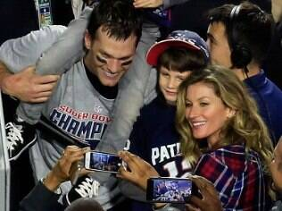 Tom Brady e Gisele Bündchen celebram o título do Patriots no Super Bowl