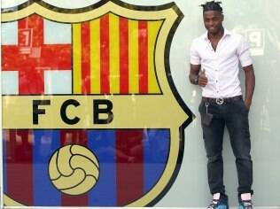 Alex Song assinou com o Barcelona