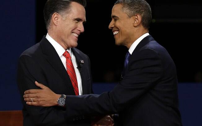 Mitt Romney e Barack Obama sorriem durante debate na Universidade de Denver, no Colorado (03/10)