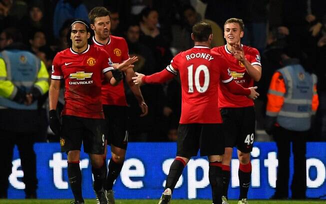 James Wilson marcou o segundo gol do Manchester United contra o QPR e comemorou com Rooney
