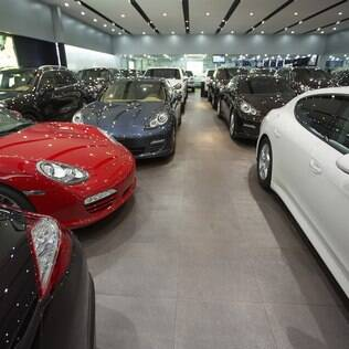 Carros Porsche guardados em shopping automotivo de Guang­zhou, na China