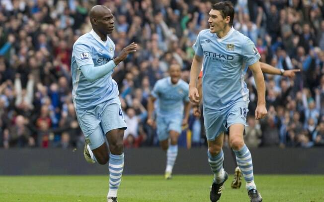 Balotelli comemora ao lado de Barry o gol que abriu o placar no City of Manchester Stadium