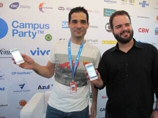 CEO do Viber, Talmon Marco, posa ao lado do country manager do Brasil, Luiz Felipe Barros