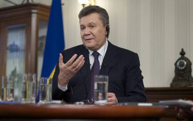 Presidente deposto da Ucrânia Viktor Yanukovych desticula durante entrevista à Associated Press em Rostov-on-Don, Rússia