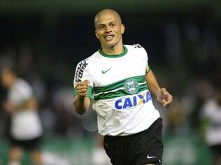 Alex comemora gol do Coritiba