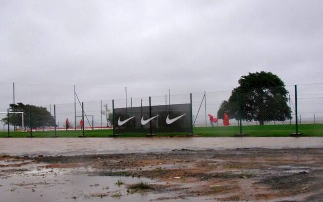 Área ao lado do campo ficou alagada no CT do Inter
