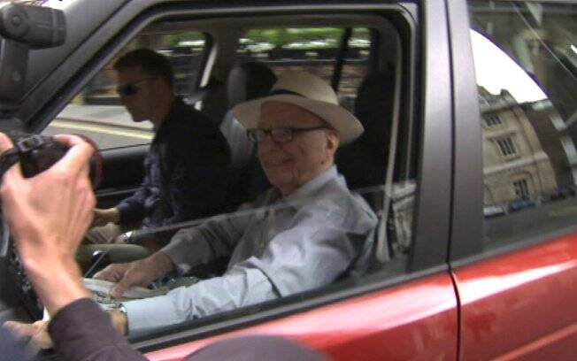 Murdoch chegou a Londres neste domingo e seguiu para a redação do News of the World