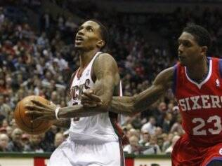 Lou Williams tenta segurar Brandon Jennings