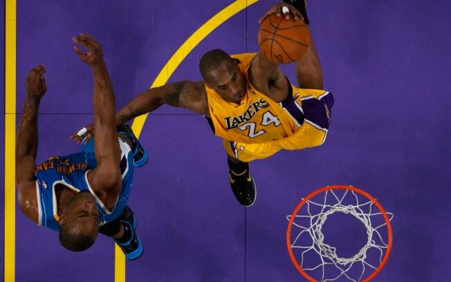 Kobe Bryant, do Los Angeles Lakers, dá uma enterrada no jogo contra o New Orleans Hornets