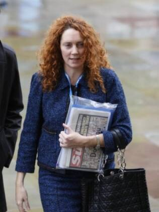 Rebekah Brooks, presidente-executiva do News International, surpreendeu ao anunciar o fechamento do tabloide em vez de renúncia
