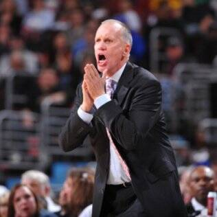 Doug Collins, técnico do Philadelphia