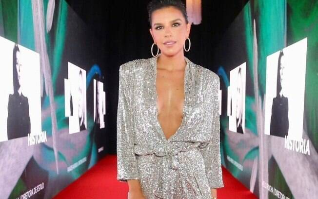 Mariana Rios usa macacão super decotado e mostra seu talento ao tocar piano e cantar o hit 'Empire State of Mind', de Alicia Keys