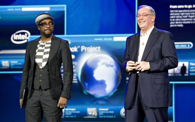 Will.I.am, líder do grupo Black Eyed Peas, ao lado de Paul Ottelini, CEO da Intel