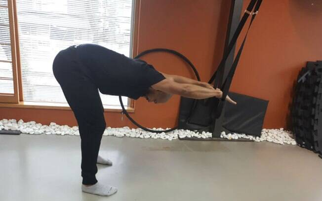 Pilates suspenso: as fitas de suspensão auxiliam realizar os movimentos de alongamento