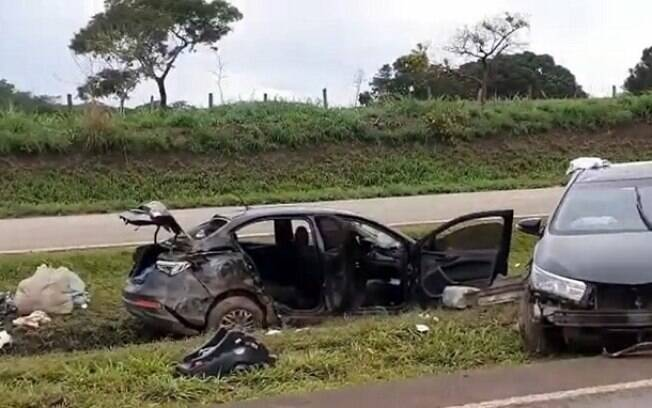 Carros destruídos no local do acidente
