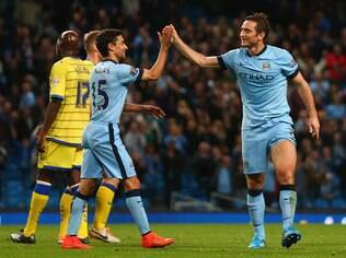 Lampard comemora com Jesus Navas seu gol para o City diante do Sheffield Wednesday
