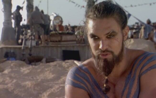 Em Game Of Thrones, o personagem de Jason Momoa estupra o de Emilia Clarke, Daenerys