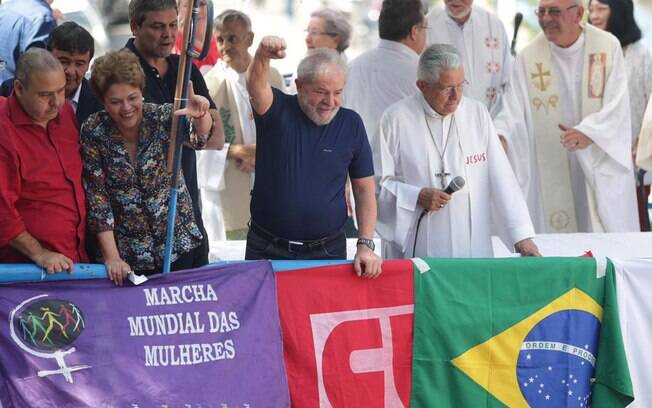 Lula durante missa, antes do discurso, no ABC
