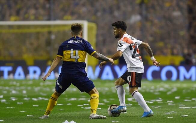Buffarini%2C do Boca Juniors%2C disputa lance com Milton Casco%2C do River Plate