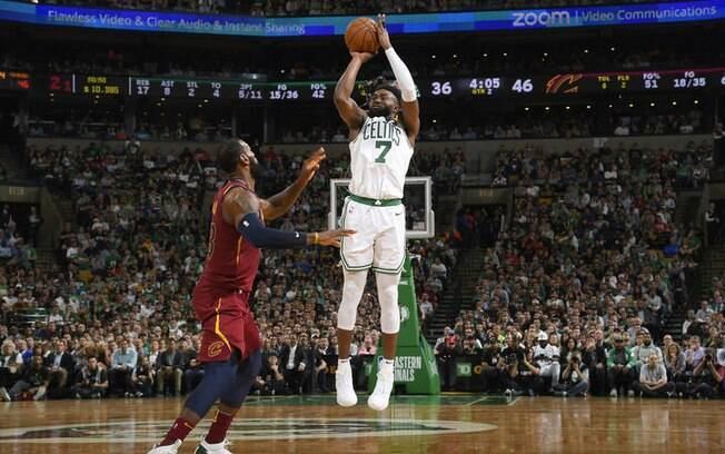 Jaylen Brown, do Celtics, arremessa para vencer LeBron James, do Cavaliers, durante partida da final da Conferência Leste da NBA