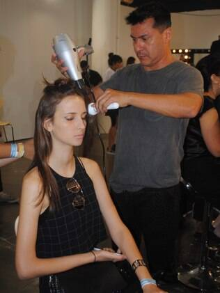Hair e make-up stylist Silvio Giorggio prepara modelo para a passarela