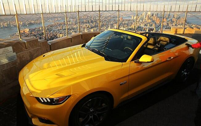 Ford Mustang amarelo no topo do Empire State Building, em Nova York, nos Estados Unidos