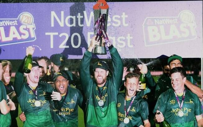 Capitão do Nottinghamshire County Cricket Club, Daniel Christian comemora vitória do NatWest T20 Blast