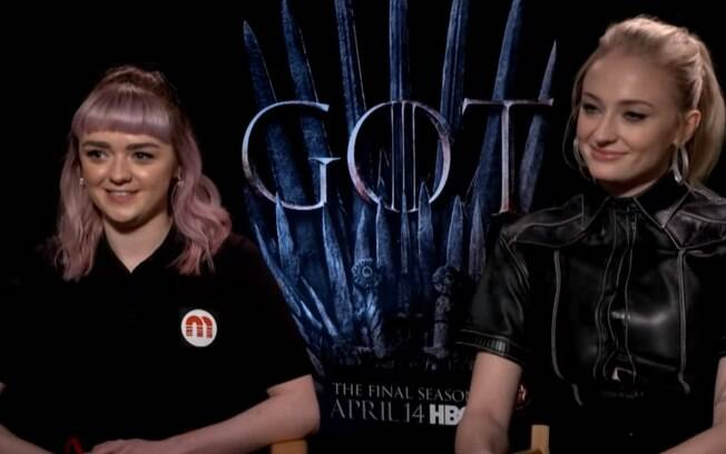 Sophie Turner e Maisie Williams tentam movimentos de dança de Bollywood