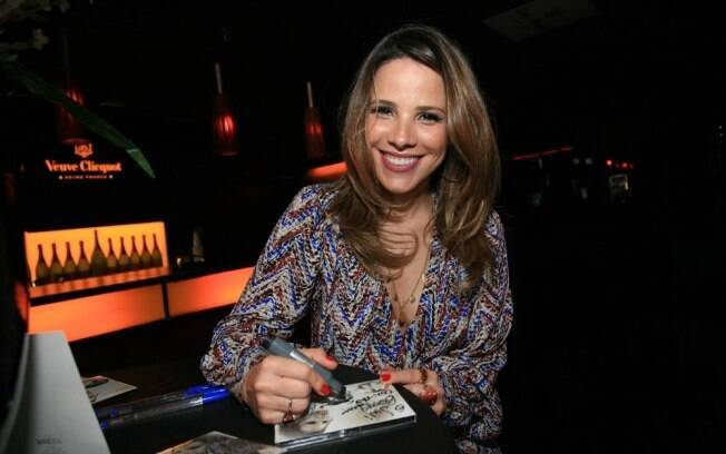 Wanessa autografa seu novo CD: DNA