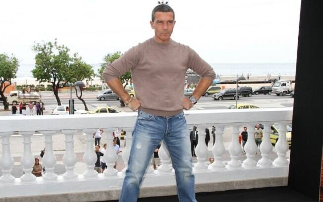 Antonio Banderas faz a pose do cartaz do filme