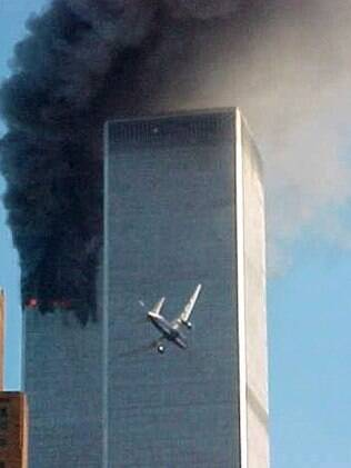 Momento do impacto do voo 175 da United Airlines contra a Torre Sul do World Trade Center nos ataques terroristas do 11 de Setembro de 2001