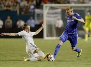 Marco van Ginkel, do Chelsea, disputa a bola com Luka Modric, do Real Madrid
