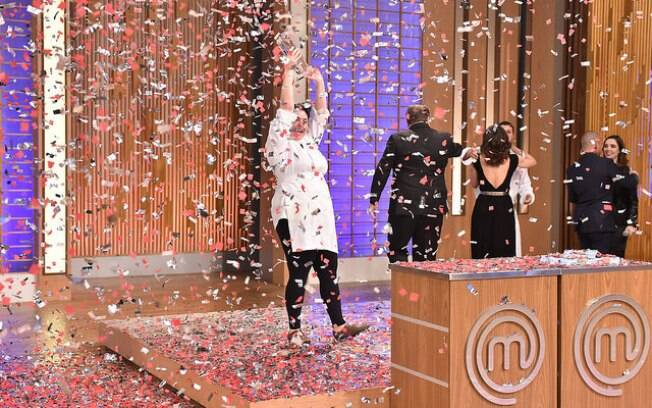 Izabel é a campeã do 'MasterChef'. Só a abertura do envelope foi ao vivo, a prova final foi gravada